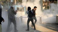 Demonstrasi di Iran yang berawal terjadi pada Kamis, 28 Desember 2017. Demo dilaporkan terjadi berlarut-larut dan menyebar ke beberapa kota (AFP)