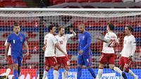 Pemain Denmark Christian Eriksen mendapat ucapan selamat dari rekan setimnya setelah mencetak gol ke gawang Inggris dalam lanjutan UEFA Nations League di Stadion Wembley, London, Kamis (15/10/2020) dini hari WIB. (Toby Melville / Pool via AP )
