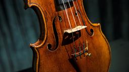 Biola langka 1684 buatan Antonio Stradivari saat diperkenalkan di Hong Kong (21/2). Biola terlangka di dunia ini diperkirakan berharga USD 1,550.000 sampai USD 2.450.000 atau sekitar Rp 20,6 miliar sampai Rp 32,5 milar. (AFP Photo / Isaac Lawrence)