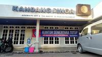 Kantor manajemen Arema tutup selama Pemberlakuan Pembatasan Kegiatan Masyarakat. (Bola.com/Iwan Setiawan)
