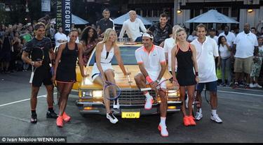 Parade petenis dunia seperti Serena Williams, Maria Sharapova, Roger Federer, Andre Agassi dan Pete Sampras memainkan laga ekshibisi di jalan umum kota New York yang mengakibatkan kemacetan.
