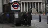 Seorang pria berjalan keluar dari stasiun kereta bawah tanah pada pagi pertama penerapan lockdown nasional ketiga di Kota London, Inggris, 5 Januari 2021. Inggris memasuki lockdown nasional ketiga sejak pandemi virus corona COVID-19 dimulai. (AP Photo/Matt Dunham)