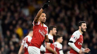 Striker Arsenal, Pierre-Emerick Aubameyang, merayakan gol yang dicetaknta ke gawang Fulham pada laga Premier League di Stadion Emirates, London, Selasa (1/1). Arsenal menang 5-1 atas Fulham. (AFP/Glyn Kirk)