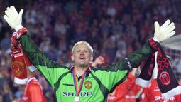 1. Peter Schmeichel - Peter Schmeichel, merupakan kiper paling luar biasa yang pernah bermain di Liga Premier Inggris. Bersama Manchester United, Schmeichel meraih 5 gelar Liga Premier Inggris, 3 trofi FA Cup, 1 gelar Liga Champions dan 1 piala UEFA Super Cup. (AFP/Eric Cabanis)