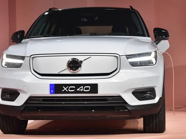 Produsen otomotif kelahiran Swedia, Volvo resmi meluncurkan mobil listrik perdananya, XC40 Recharge dalam acara di Los Angeles, California pada 16 Oktober 2019. Mobil listrik ini memiliki jarak tempuh 400 kilometer dalam satu kali pengisian daya. (Frederic J. BROWN / AFP)