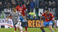 Paulo Dybala (Juventus) coba dihalau Marek Hamsik (Reuters/Liputan6)