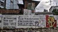 Mural dan berbagai coretan kritis warga menghiasi tembok pembatas di Jalan Pancoran Buntu II, Pancoran, Jakarta Selatan, Minggu (21/3/2021). Pihak Pertamina juga mendirikan tembok pembatas, kemudian warga berhasil merebut kembali namun berujung bentrokan dengan ormas. (merdeka.com/Iqbal S. Nugroho)