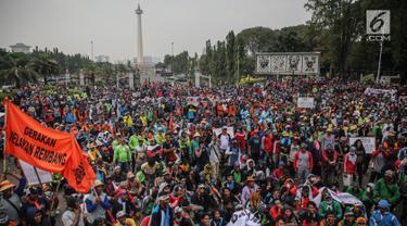 Ratusan massa dari Aliansi Nelayan Indonesia menggelar unjuk rasa di depan Istana Merdeka, Jakarta, Selasa (11/7). Nelayan mendesak Presiden Jokowi untuk membatalkan seluruh peraturan yang dibuat Menteri Susi Pudjiastuti. (Liputan6.com/Faizal Fanani)
