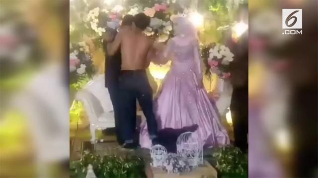 Seorang pria meluapkan kekesalan saat menghadiri pernikahan mantan pacarnya. Ia membuka baju seakan menantang mempelai pria.