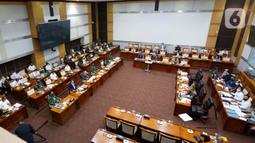 Suasana rapat kerja Menteri Pertahanan Prabowo Subianto bersama Panglima TNI Marsekal Hadi Tjahjanto dengan Komisi I DPR di kompleks parlemen, Senayan, Jakarta, Rabu (2/6/2021). Rapat kerja membahas Pemenuhan Kebutuhan Alat Peralatan Pertahanan dan Keamanan (Alpalhankam). (Liputan6.com/Angga Yuniar)