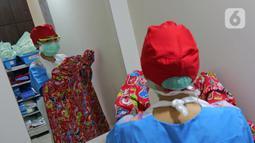 dr. J. Mila Hardiani C memakai Gown di ruang ganti anak  di RSIA Tambak, Jakarta, Kamis (18/6/2020). Dokter menggunakan APD lengkap tingkat II bertema khusus tersebut saat memeriksa pasien anak. (Liputan6.com/Herman Zakharia)