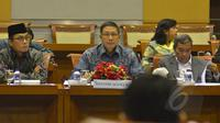 Menteri Agama Lukman Hakim (tengah) bersama Sekjen Kemenag Nur Syam (kanan) dan Inspektur Jenderal Kemenag M. Jasin (kiri) mengikuti rapat kerja dengan Komisi VIII DPR RI di Kompleks Parlemen Senayan, Jakarta, Rabu (11/2). (Liputan6.com/Andrian M Tunay)