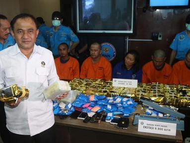 Kepala BNN Komjen Pol Heru Winarko menunjukkan barang bukti sabu saat menggelar rilis di Kantor BNN, Cawang, Jakarta, Selasa (22/5). BNN berhasil mengungkap dua jaringan sindikat narkoba di Aceh dan Pekanbaru. (Liputan6.com/Arya Manggala)