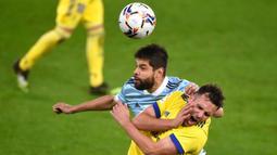 Bek Celta Vigo, Nestor Araujo, berebut bola dengan penyerang Cadiz, Alvaro Gimenez, pada laga lanjutan Liga Spanyol di Stadion Abanca Balaidos, Selasa (15/12/2020) dini hari WIB. Celta Vigo menang telak 4-0 atas Cadiz. (AFP/Miguel Riopa)