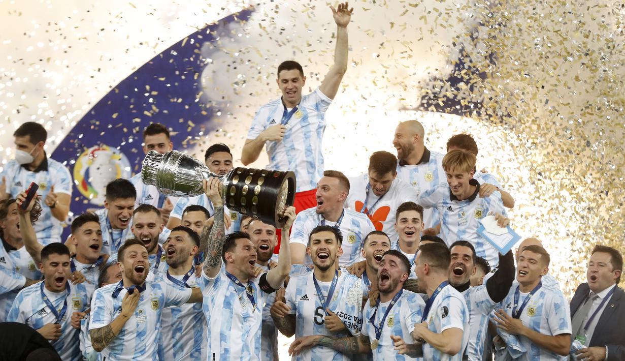 Timnas Argentina berhasil angkat Trofi Copa America 2021 setelah tumbangkan juara bertahan Brasil dengan skor tipis 1-0. (Foto: AP/Andre Penner)