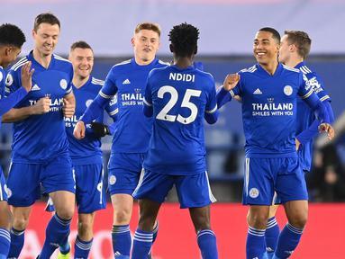 Para pemain Leicester City merayakan gol pertama ke gawang Chelsea yang dibuat gelandang Wilfred Ndidi (25) dalam laga lanjutan Liga Inggris 2020/21 pekan ke-19 di King Power Stadium, Leicester, Selasa (19/1/2021). Leicester City menang 2-0 atas Chelsea. (AFP/Michael Regan/Pool)