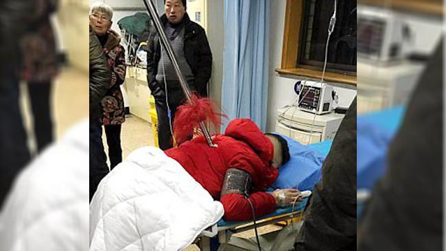 Seorang pria tertusuk tombak besi (AsiaWire)