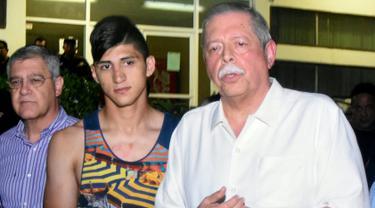 Pemain sepakbola asal Meksiko, Alan Pulido (tengah) bersama Gubernur Tamaulipas Egidio Torre Cantu usai diselamatkan dari sebuah penculikan di Ciudad Victoria, Tamaulipas, Meksiko, (30/5). Dikabarkan kondisinya saat ini baik-baik saja. (REUTERS/Stringer)