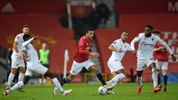 Striker Manchester United, Mason Greenwood (tengah) menggiring bola dibawah penjagaan tiga pemain Watford dalam laga babak ke-3 Piala FA 2020/21 di Old Trafford, Sabtu (9/1/2021). Manchester United menang 1-0 atas Watford. (AFP/Oli Scarff/Pool)