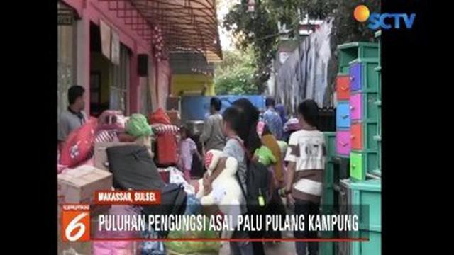 Setelah tiga pekan mengungsi, puluhan korban gempa dan tsunami yang bermukim di Makassar, Sulawesi Selatan, akhirnya pulang ke kampung halamannya.