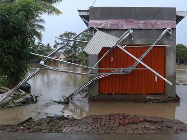 Suasana banjir akibat tanggul jebol di Desa Sumberurip Pebayuran, Kabupaten Bekasi, Jawa Barat, Senin (22/2/2021). Banjir akibat luapan sungai Citarum mengakibatkan 5 Desa terisolir selama tiga hari akibat tanggul sungai Citarum jebol. (Liputan6.com/Herman Zakharia)
