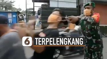 Video pengendara motor hampir terpelengkang saat dipakaikan masker oleh anggota TNI viral di media sosial.