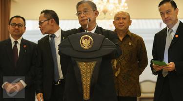 Menko Perekonomian Darmin Nasution memberikan keterangan pers terkait kebijakan ekonomi di Bandara Halim Perdanakusuma, Jakarta, Jumat (11/9). Darmin memerinci 134 peraturan dari berbagai kementerian yang telah disederhanakan. (Liputan6.com/Faizal Fanani)