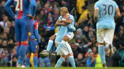 Pemain Manchester City, Fabian Delph dan Kevin De Bruyne merayakan gol saat melawan Crystal Palace pada lanjutan liga premier Inggris di Stadion Etihad, Manchester, Sabtu (16/1/2016). (AFP Photo/Paul Ellis)