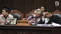 Ekspresi Ketua Umum KPU Arief Budiman (tengah) saat mengikuti sidang perdana sengketa Pemilu Legislatif 2019 di Gedung Mahkamah Konstitusi (MK), Jakarta, Selasa (9/7/2019). Sidang putusan Pileg 2019 akan digelar pada 6-9 Agustus 2019. (merdeka.com/Iqbal Nugroho)