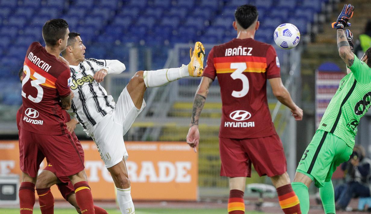 Penyerang Juventus, Cristiano Ronaldo (kedua kiri) mencetak gol kedua untuk timnya ke gawang AS Roma pada pekan kedua Liga Italia Serie A 2020-2021 di Stadion Olimpiade Roma, Minggu (27/9/2020). Juventus bermain imbang 2-2 di kandang AS Roma. (AP Photo/Gregorio Borgia)