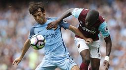 Gelandang Manchester United, David Silva, berebut bola dengan gelandang West Ham, Enner Valencia. Kemenangan ini mengantar The Citizens ke puncak klasemen Premier League. (Reuters/Carl Recine)