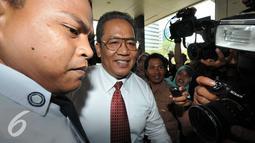 Kabareskrim Mabes Polri, Komjen Pol Anang Iskandar saat ditanya sejumlah wartawan di KPK, Jakarta, Kamis (5/11/15). Anang tiba pukul 12.03 WIB,  dia tidak berkomentar banyak soal kedatangannya ke KPK. (Liputan6.com/Helmi Afandi)