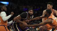 Pemain Los Angeles Lakers Anthony Davis dikelilingi Mikal Bridges, Jae Crowder, dan Devin Booker dari Phoenix Suns dalam pertandingan NBA di Staples Center, Sabtu (23/10/2021). (KEVORK DJANSEZIAN / GETTY IMAGES NORTH AMERICA / GETTY IMAGES VIA AFP)