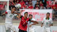 Bek Timnas Indonesia U-22, Hansamu Yama Pranata (kiri) berebut bola dengan pemain Timor Leste pada laga penyisihan grup B SEA Games 2017 di Stadion Selayang, Selangor, Minggu (20/8). Indonesia menang 1-0 atas Timor Leste (Liputan6.com/Faizal Fanani)
