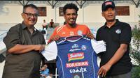 Alfin Tuasalamony saat diperkenalkan sebagai pemain Arema, Jumat (13/7/2018) di Lapangan Universitas Muhammadiyah Malang (UMM). (Bola.com/Iwan Setiawan)