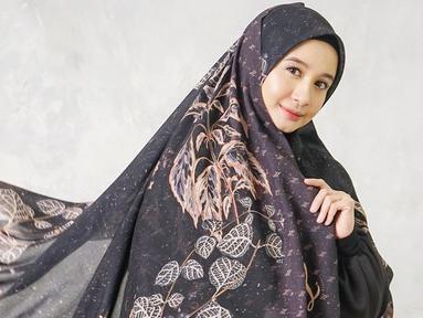 Lewat akun Instagramnya, Laudya Cynthia Bella sering kali mengunggah berbagai kegiatannya. Bahkan wanita kelahiran 1988 ini kerap memperlihatkan gaya OOTD yang cukup simpel. Seperti kali ini ia tampil anggun dengan busana hitam yang dipadukan dengan hijab motif. (Liputan6.com/IG/@laudyacynthiabella)