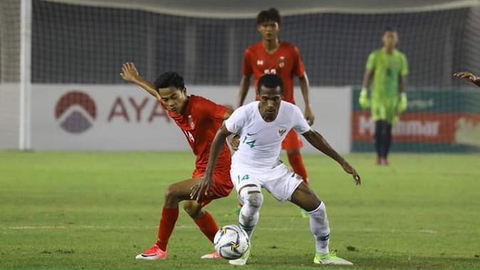 Pemain Timnas Indonesia, Ruben Sanadi, saat melakoni laga uji coba internasional kontra Myanmar di Stadion Mandalathiri, Mandalay, Myanmar, Senin (25/3/2019). Timnas Indonesia menang 2-0 dalam laga ini. (FA Myanmar)