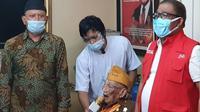 Sekretaris Jenderal Kementerian Sosial Hartono Laras mewakili Mensos   Juliari P Batubara bersilaturahmi ke kediaman Perintis Kemerdekaan KRMH Soerjowirjohadipoetro di Jakarta Selatan, Selasa (10/11/2020). (Ist)