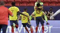 Kiper Kolombia David Ospina dan rekan setimnya Yerry Mina merayakan kemenangan atas Uruguay pada perempat final Copa America 2021. Kolombia menang 4-2 dalam adu penalti di Stadion Nacional de Brasilia, Brasil, Minggu, 4 Juli 2021. ( Foto AP/Bruna Prado)