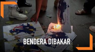 Massa dari Solidaritas Organisasi Islam Kota Surabaya berdemo di Konjen Australia.  Mereka memprotes perlakuan senatornya yang menyudutkan Islam dan penembakan masjid di Selandia Baru. Pendemo melempari telur dan membakar lambang negara Australia.