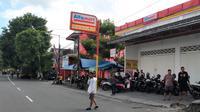 Sebuah minimarket dekat Stadion Soepriadi ditutup jelang bentrok antara Arema FC kontra Persebaya Surabaya. (Bola.com/Iwan Setiawan)