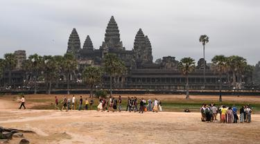 Suasana Candi Angkor Wat di Provinsi Siem Reap, Kamboja, Kamis (5/3/2020). Menurut World Travel and Tourism Council, wabah virus corona (COVID-19) membuat sektor pariwisata dunia kehilangan USD 22 miliar. (TANG CHHIN Sothy/AFP)