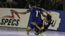 Kaki pemain Kerambah FC mengenai kepala dari pemain Al-Falah pada laga Grand Final Futsal Battle di Mall Taman Anggrek, Jakarta, Minggu (14/10). Kerambah FC juara melalui adu penalti. (Bola.com/Vitalis Yogi Trisna)