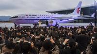 Sebuah pesawat Boeing 737 MAX 8 diluncurkan pertama kali oleh maskapai Tiongkok, Air China, di Boeing Zhoushan 737 Completion and Delivery Center, Zhoushan, 15/8/2019. (Xu Yu/AP)