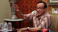 Politisi Senior Partai Golkar, Akbar Tandjung saat menerima petisi dari kader muda Partai Golkar dan sejumlah aktivis saat menggelar silaturahmi di kediamannya, Jakarta, Kamis (11/5). (Liputan6.com/Johan Tallo)