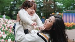 Meski sangat sibuk, artis kelahiran Malang ini terlihat sangat menikmati perannya sebagai seorang ibu. Bahkan walaupun sibuk dengan pekembangan baby Vechia, Franda memilih tak menggunakan jasa baby sitter. Ia juga senang bisa melihat pertumbuhan sang anak.(Liputan6.com/IG/@frandaaa87)