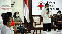 Ketua Umum PMI Jusuf Kalla (kedua kanan) menyampaikan sambutan saat Pencanangan Gerakan Nasional Pendonor Plasma Konvalesen di Markas PMI, Jakarta, Senin (18/1/2021).  Plasma konvalesen merupakan salah satu terapi penyembuhan COVID-19. (StaffJK/Ade Danhur)