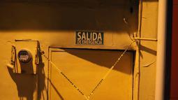 Pintu keluar darurat klub penari telanjang dipasangi garis polisi usai penyerangan di Coatzacoalcos, Veracruz, Meksiko, Rabu (28/8/2019). Gubernur Veracruz Cuitlahuac Garcia mengatakan insiden itu terjadi akibat perkelahian antar geng. (AP Photo/Felix Marquez)