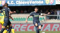 Penyerang Inter Milan, Mauro Icardi (kanan) mulai ragu dengan masa depannya. (Filippo Venezia/ANSA via AP)