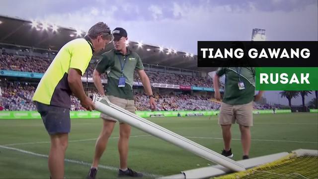 Pertandingan di A League Australia sempat terhenti karena tiang gawang yang rusak.